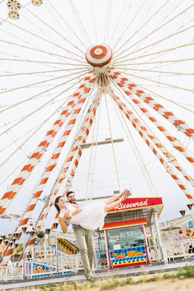 seance-engagement-au-bord-de-la-garonne-amandine-alexandre-toulouse-grande-roue-rose-fushia-photographie-40