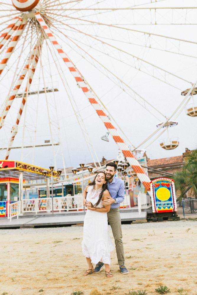 seance-engagement-au-bord-de-la-garonne-amandine-alexandre-toulouse-grande-roue-rose-fushia-photographie-41