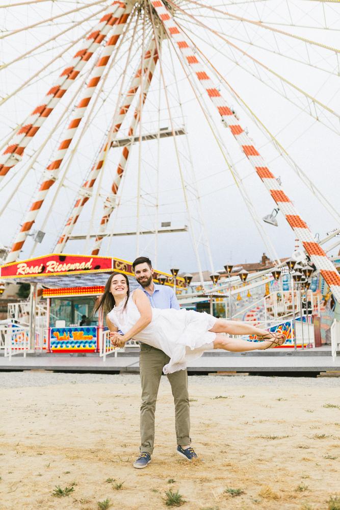 seance-engagement-au-bord-de-la-garonne-amandine-alexandre-toulouse-grande-roue-rose-fushia-photographie-42