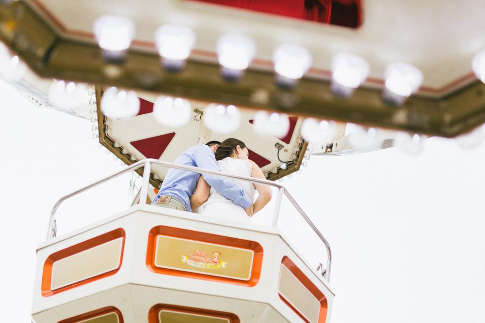 seance-engagement-au-bord-de-la-garonne-amandine-alexandre-toulouse-grande-roue-rose-fushia-photographie-55