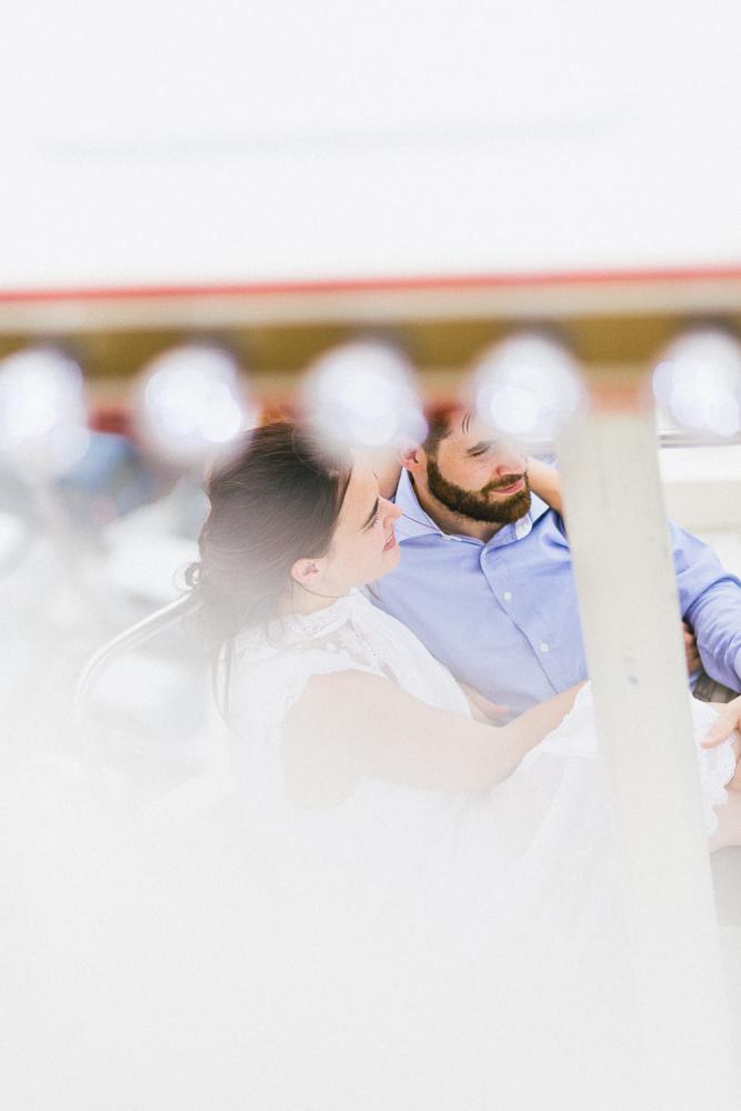 seance-engagement-au-bord-de-la-garonne-amandine-alexandre-toulouse-grande-roue-rose-fushia-photographie-58