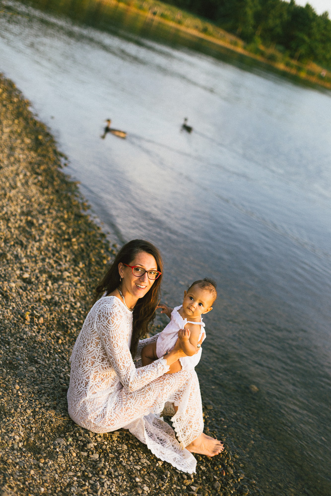 seance-mere-fille-sophie-et-awa-nina-bord-du-lac-toulouse-rose-fushia-photographie-81