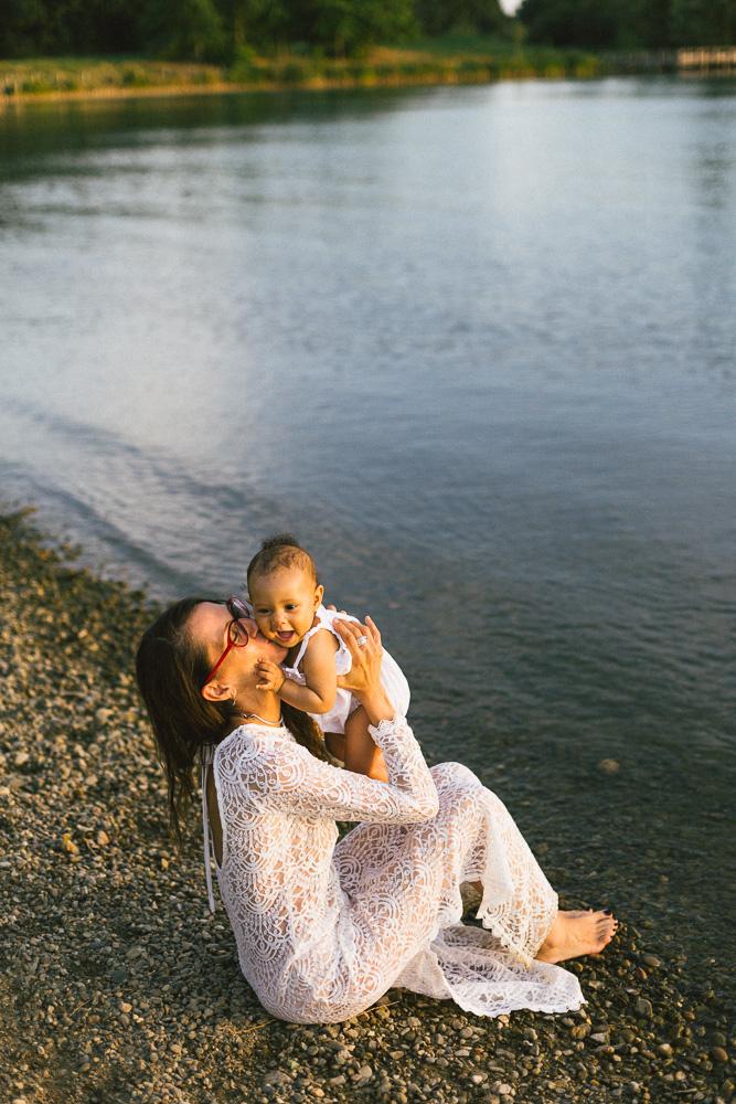 seance-mere-fille-sophie-et-awa-nina-bord-du-lac-toulouse-rose-fushia-photographie-82