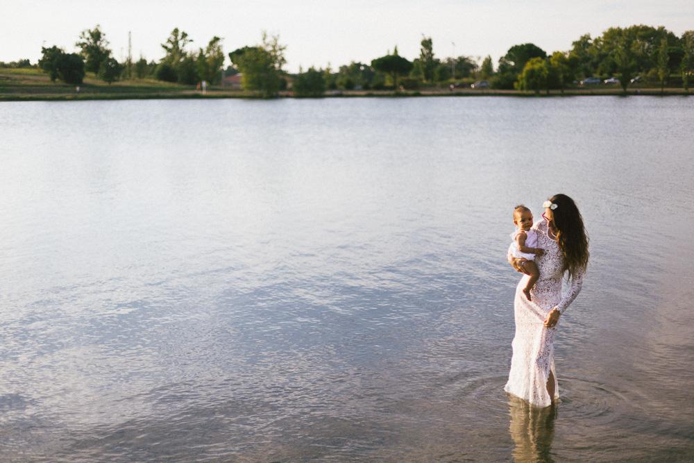 seance-mere-fille-sophie-et-awa-nina-bord-du-lac-toulouse-rose-fushia-photographie-9