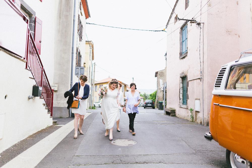 un-mariage-colore-en-combi-vw-a-salledes-rose-fushia-photographie175