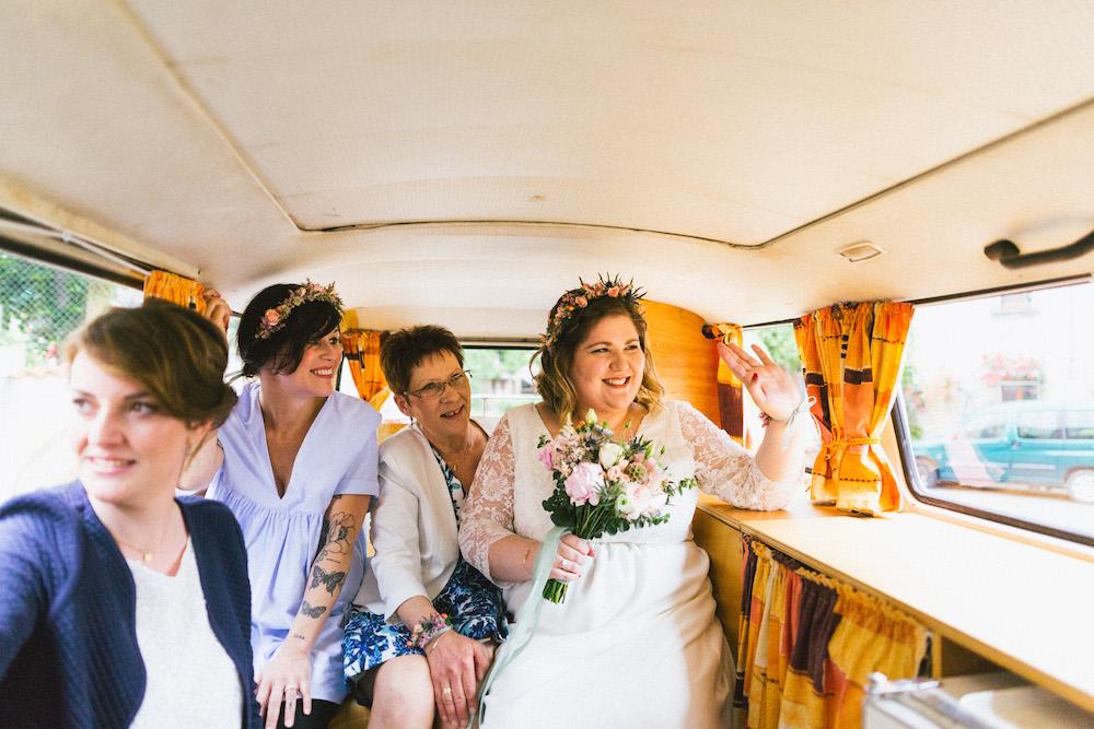 un-mariage-colore-en-combi-vw-a-salledes-rose-fushia-photographie179
