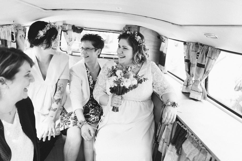 un-mariage-colore-en-combi-vw-a-salledes-rose-fushia-photographie180