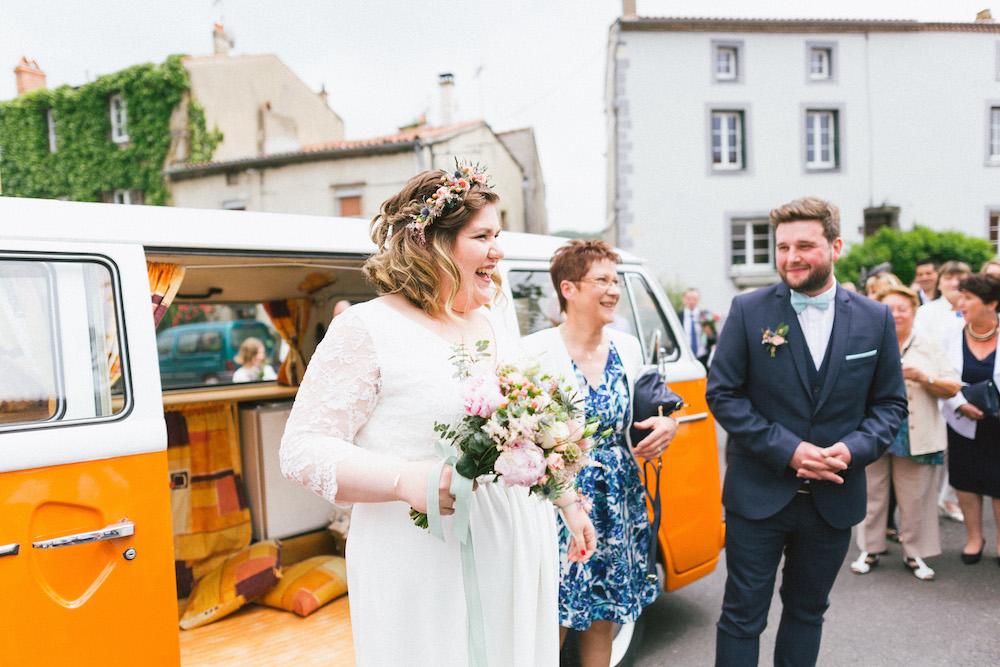 un-mariage-colore-en-combi-vw-a-salledes-rose-fushia-photographie182