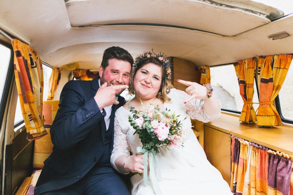 un-mariage-colore-en-combi-vw-a-salledes-rose-fushia-photographie230
