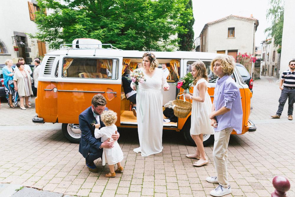 un-mariage-colore-en-combi-vw-a-salledes-rose-fushia-photographie237