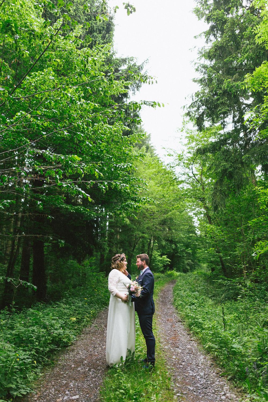un-mariage-colore-en-combi-vw-a-salledes-rose-fushia-photographie349