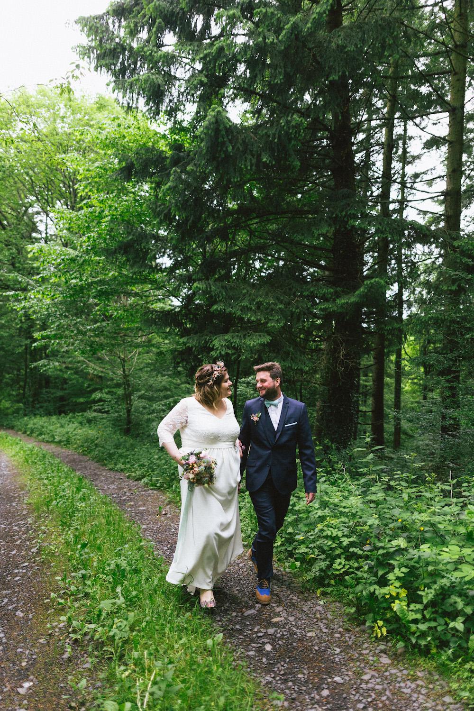 un-mariage-colore-en-combi-vw-a-salledes-rose-fushia-photographie359