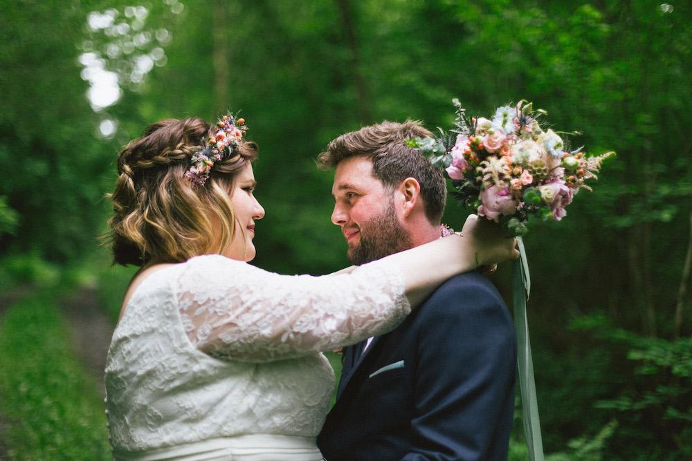 un-mariage-colore-en-combi-vw-a-salledes-rose-fushia-photographie375