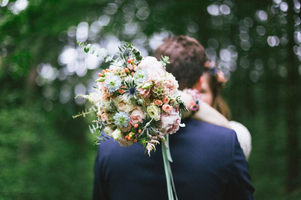 un-mariage-colore-en-combi-vw-a-salledes-rose-fushia-photographie376