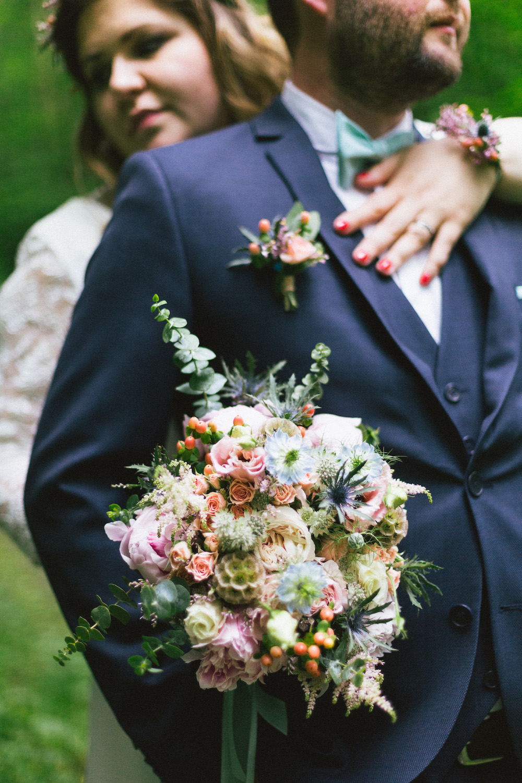 un-mariage-colore-en-combi-vw-a-salledes-rose-fushia-photographie382