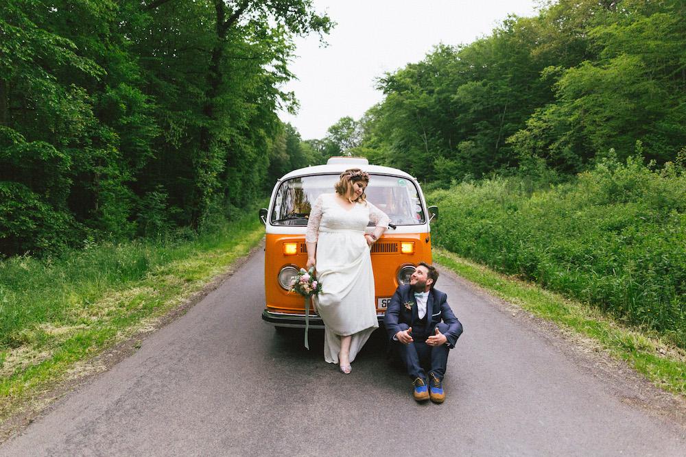 un-mariage-colore-en-combi-vw-a-salledes-rose-fushia-photographie404