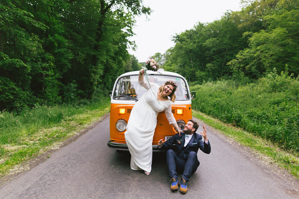 un-mariage-colore-en-combi-vw-a-salledes-rose-fushia-photographie405