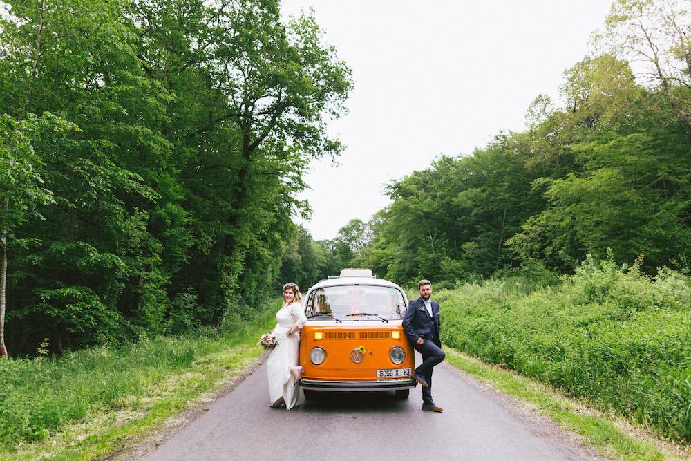un-mariage-colore-en-combi-vw-a-salledes-rose-fushia-photographie406