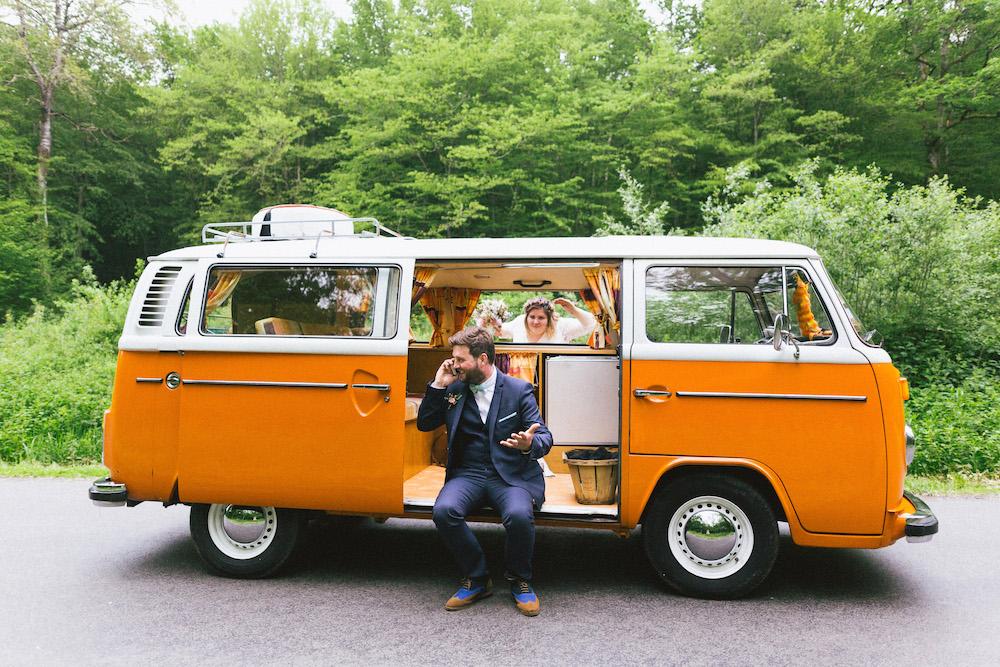 un-mariage-colore-en-combi-vw-a-salledes-rose-fushia-photographie410