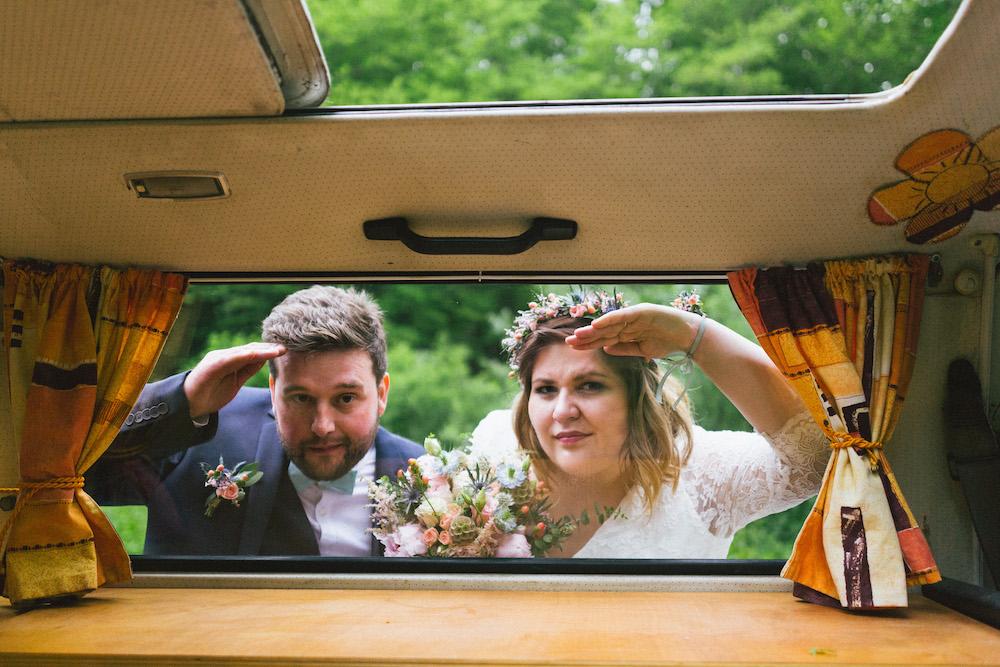 un-mariage-colore-en-combi-vw-a-salledes-rose-fushia-photographie412