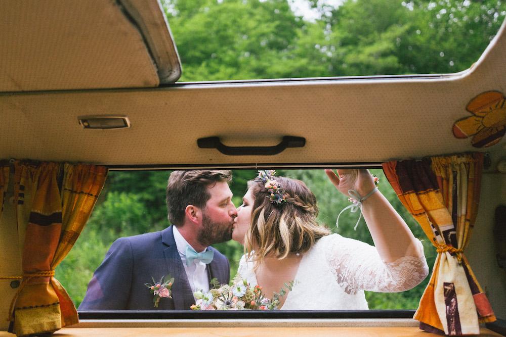 un-mariage-colore-en-combi-vw-a-salledes-rose-fushia-photographie414