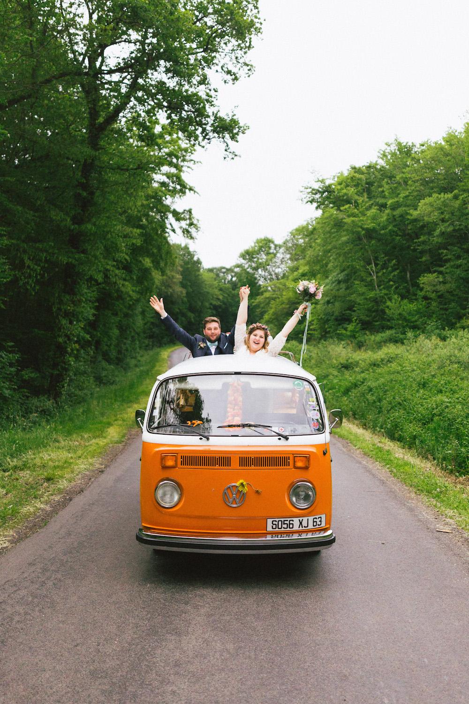 un-mariage-colore-en-combi-vw-a-salledes-rose-fushia-photographie418