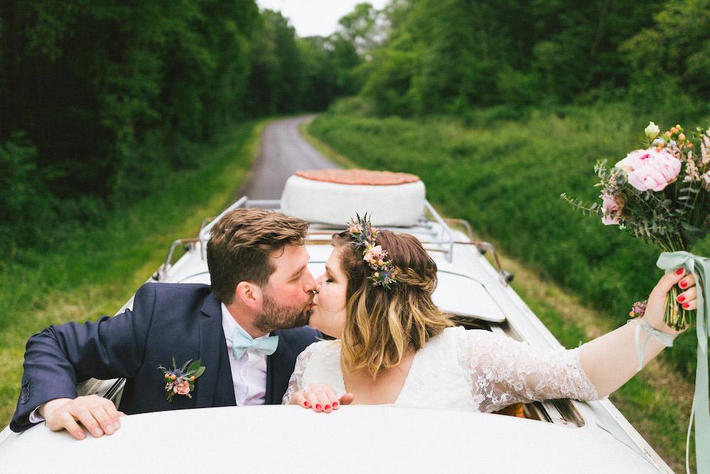 un-mariage-colore-en-combi-vw-a-salledes-rose-fushia-photographie419