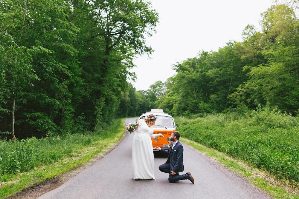 un-mariage-colore-en-combi-vw-a-salledes-rose-fushia-photographie422