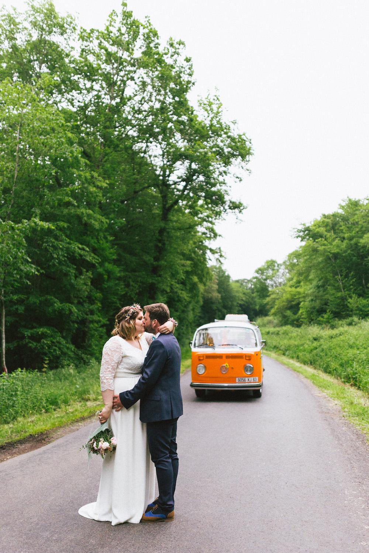 un-mariage-colore-en-combi-vw-a-salledes-rose-fushia-photographie424