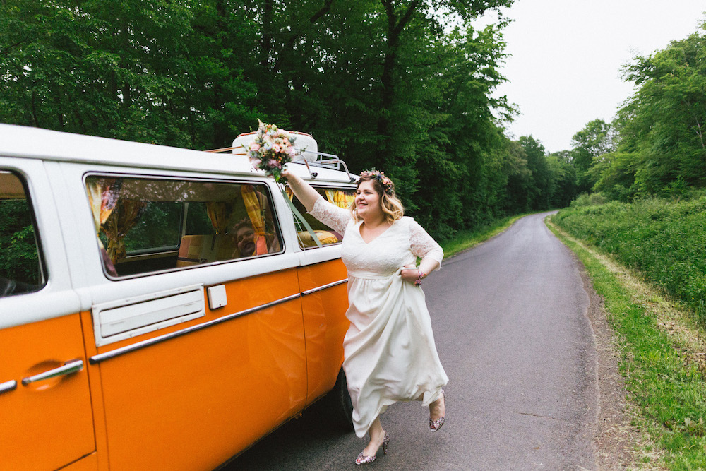 un-mariage-colore-en-combi-vw-a-salledes-rose-fushia-photographie426
