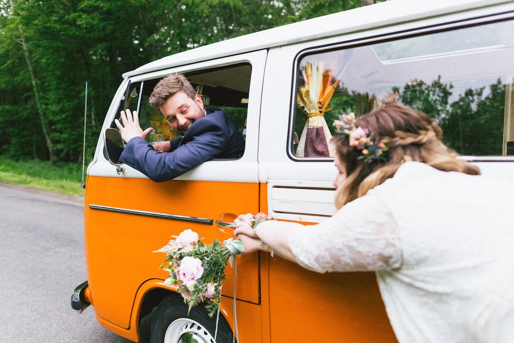 un-mariage-colore-en-combi-vw-a-salledes-rose-fushia-photographie427