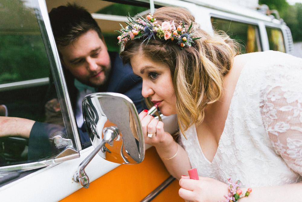 un-mariage-colore-en-combi-vw-a-salledes-rose-fushia-photographie430