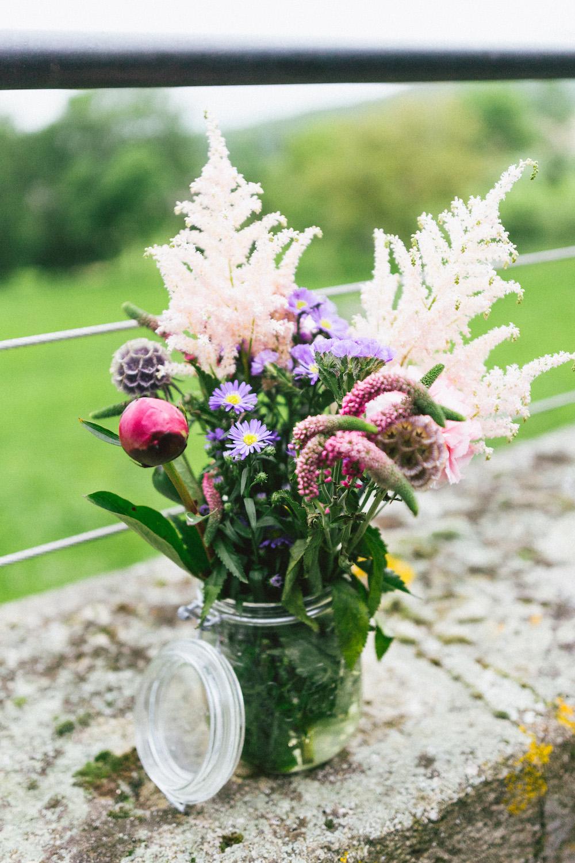 un-mariage-colore-en-combi-vw-a-salledes-rose-fushia-photographie440