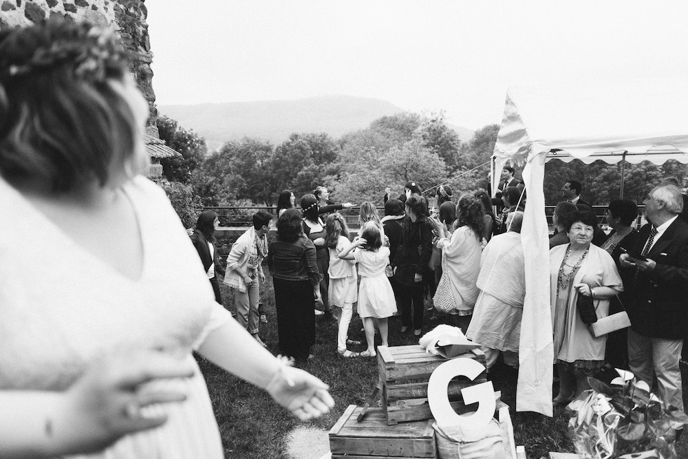 un-mariage-colore-en-combi-vw-a-salledes-rose-fushia-photographie537