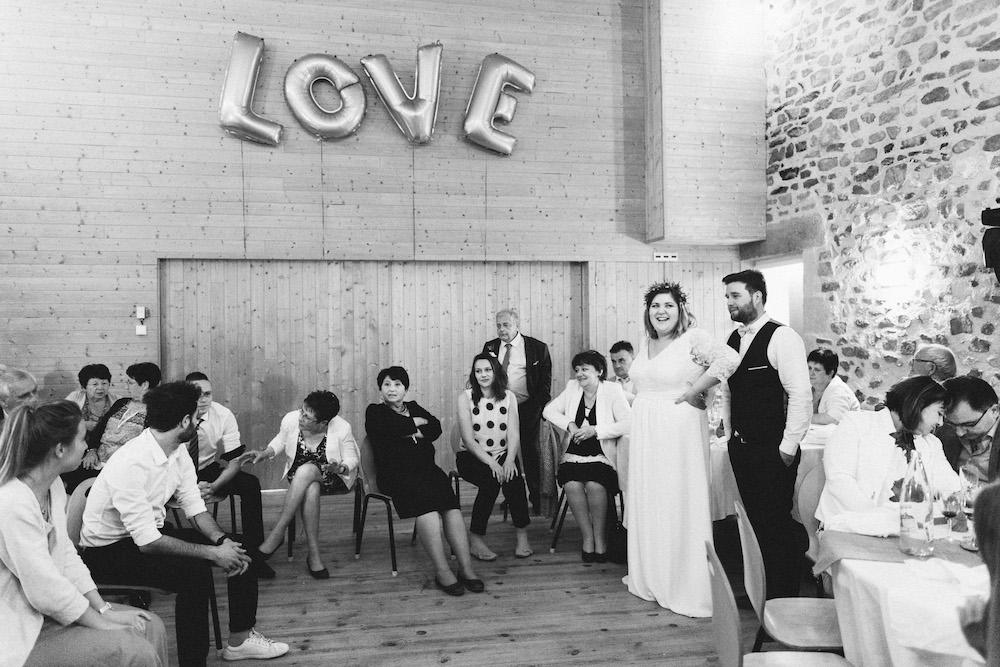 un-mariage-colore-en-combi-vw-a-salledes-rose-fushia-photographie574