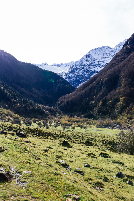 rando-pyrenees-lac-d-oo-lac-d-espingo-rose-fushia-photographie-1