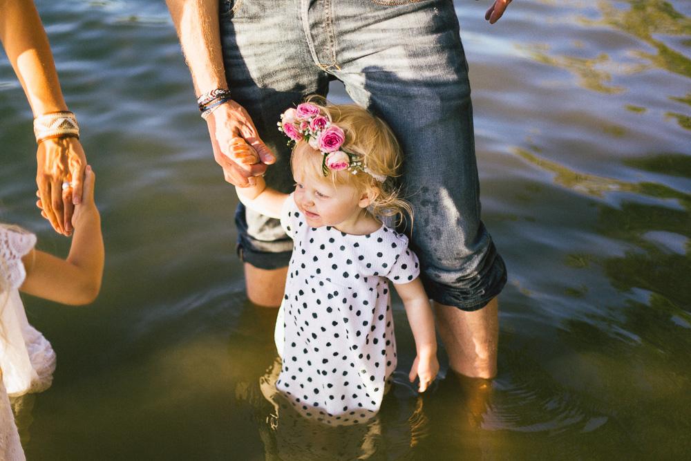 seance-famille-au-bord-du-lac-cindy-thomas-and-co-rose-fushia-photographie-toulouse017