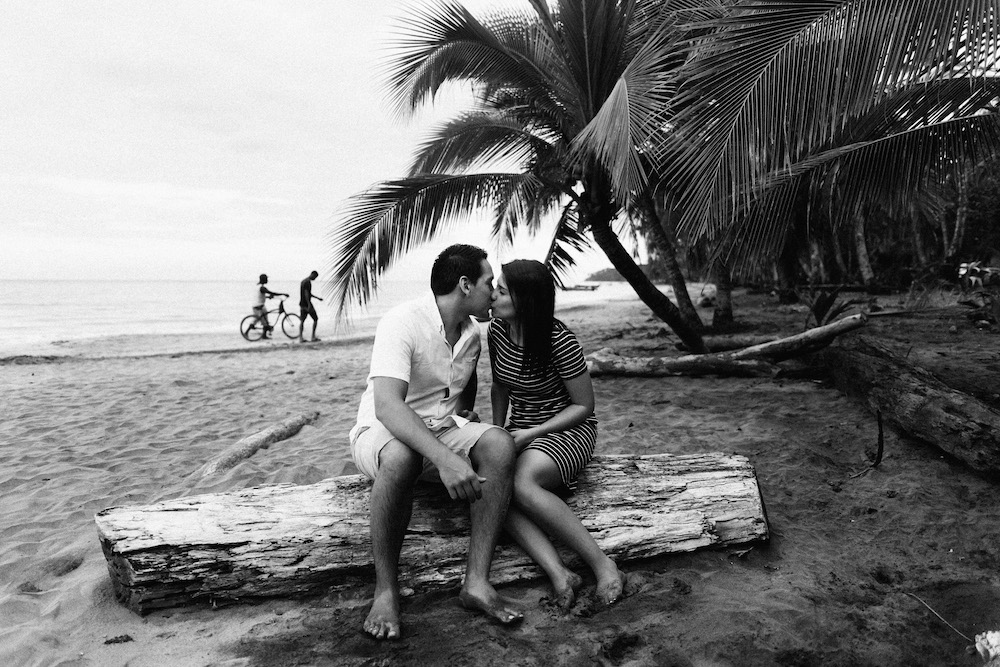 love-session-analaura-kenneth-costa-rica-caribbean-cost-rosefushiaphotographie22