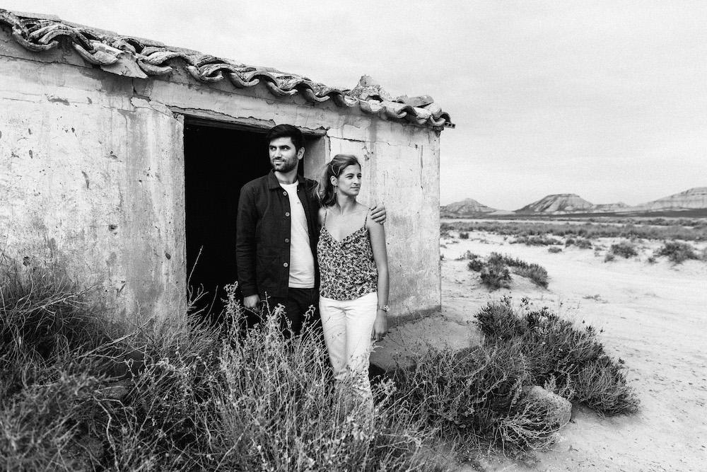 couple-session-emma-olivier-desert-bardenas-reales-rosefushiaphotographie003