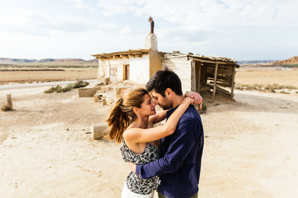 couple-session-emma-olivier-desert-bardenas-reales-rosefushiaphotographie011