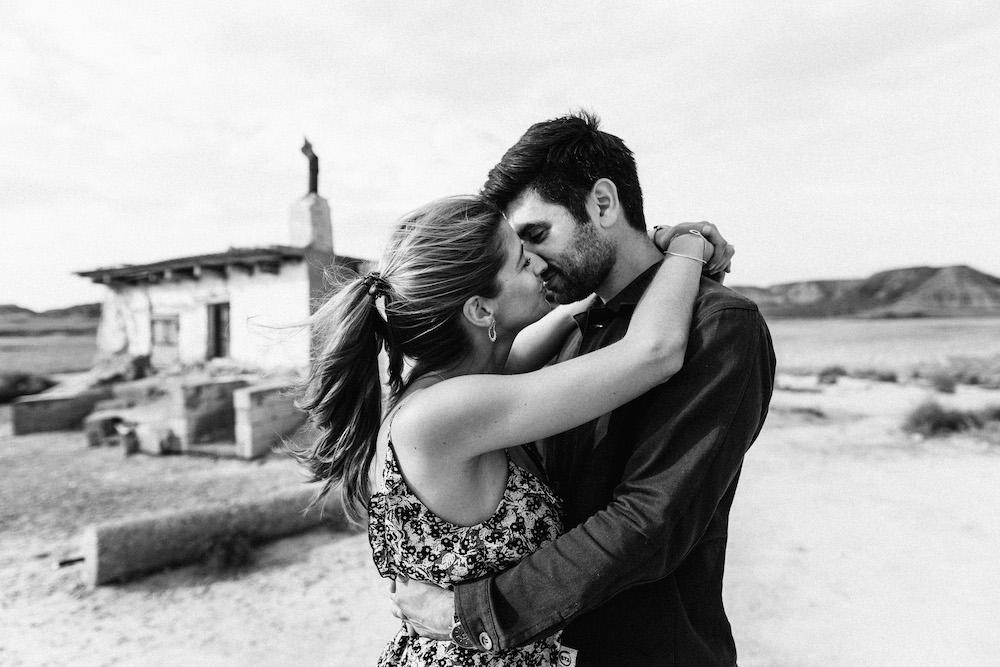 couple-session-emma-olivier-desert-bardenas-reales-rosefushiaphotographie012