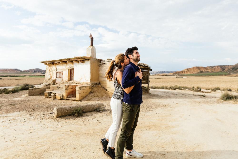 couple-session-emma-olivier-desert-bardenas-reales-rosefushiaphotographie016