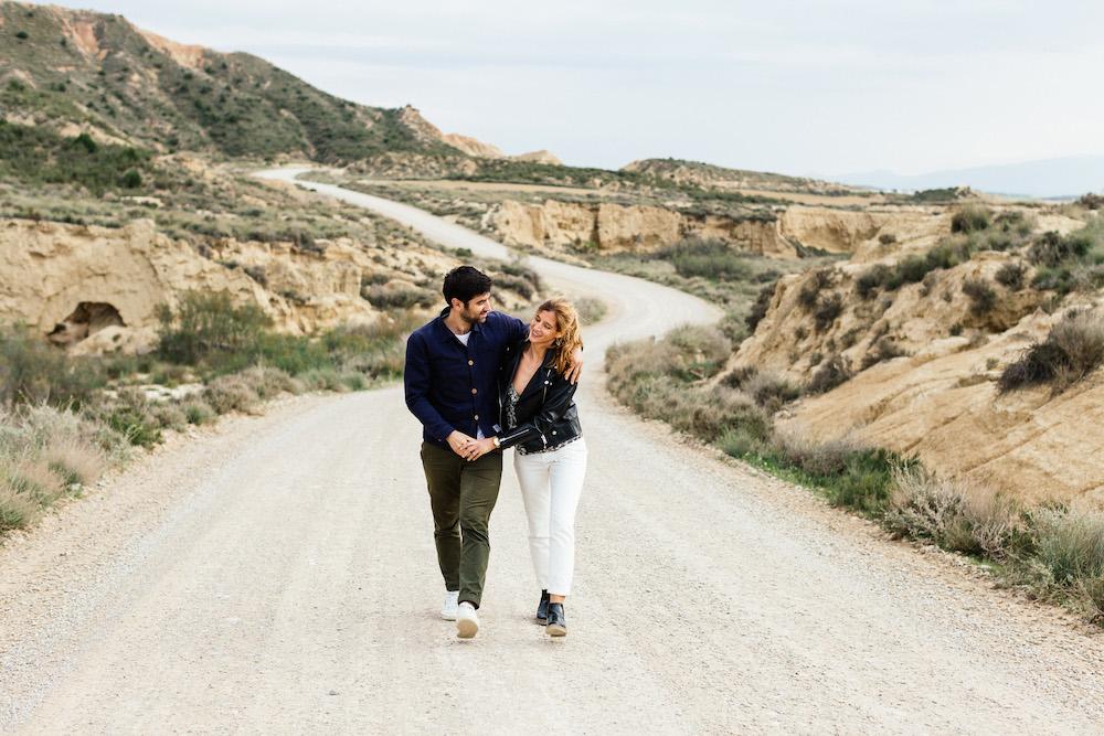 couple-session-emma-olivier-desert-bardenas-reales-rosefushiaphotographie022