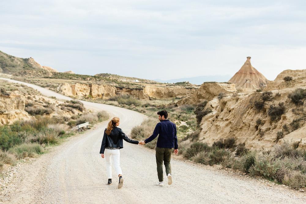 couple-session-emma-olivier-desert-bardenas-reales-rosefushiaphotographie024