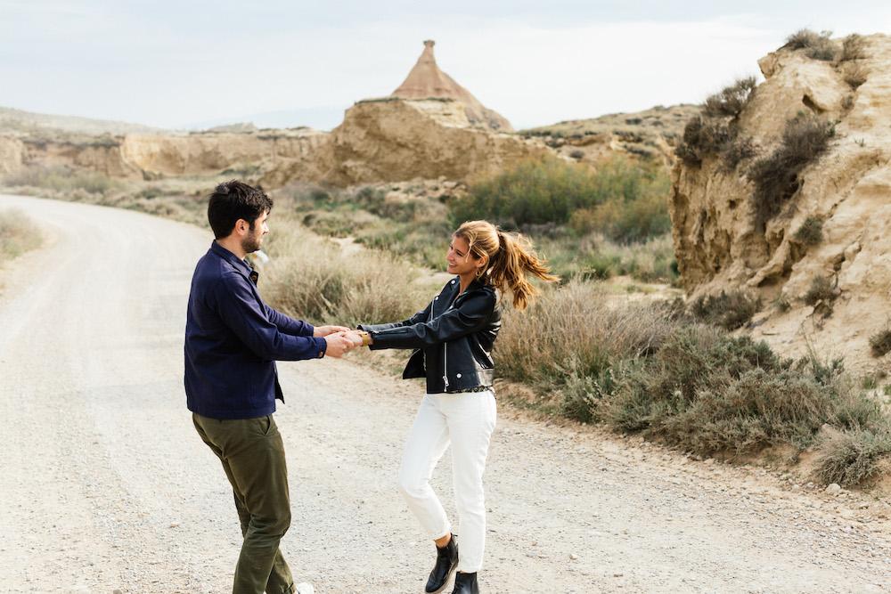 couple-session-emma-olivier-desert-bardenas-reales-rosefushiaphotographie025