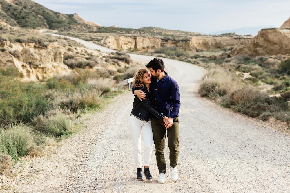 couple-session-emma-olivier-desert-bardenas-reales-rosefushiaphotographie027
