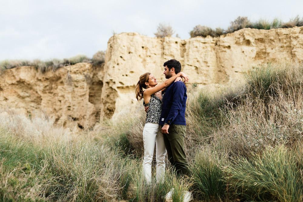 couple-session-emma-olivier-desert-bardenas-reales-rosefushiaphotographie030