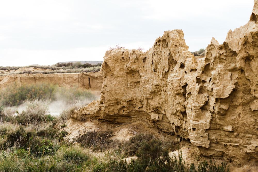 couple-session-emma-olivier-desert-bardenas-reales-rosefushiaphotographie032