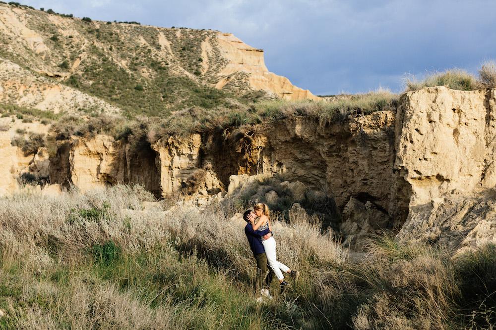 couple-session-emma-olivier-desert-bardenas-reales-rosefushiaphotographie033