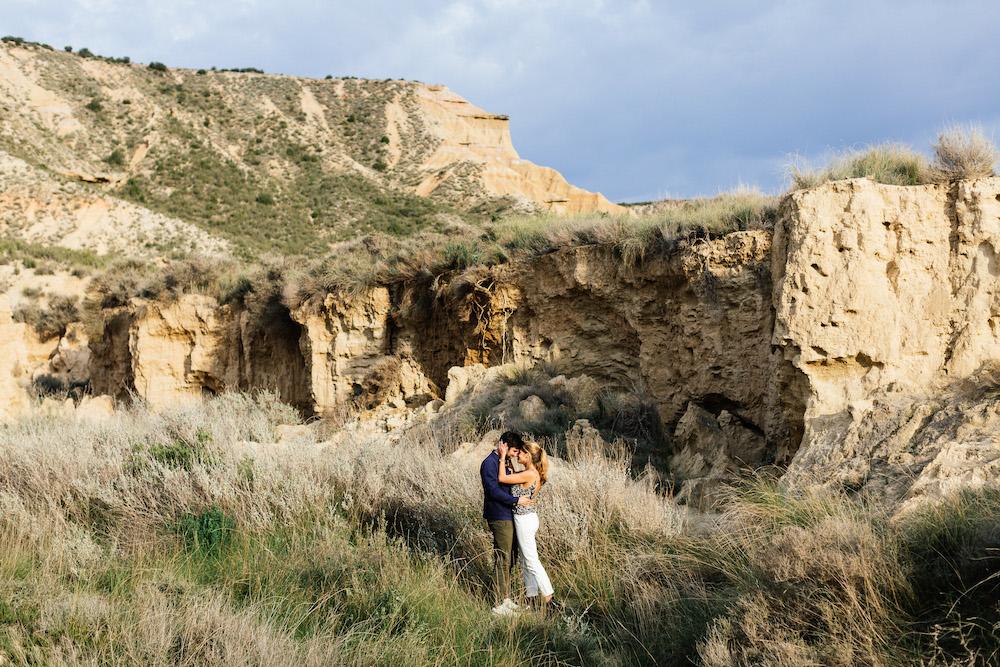 couple-session-emma-olivier-desert-bardenas-reales-rosefushiaphotographie034